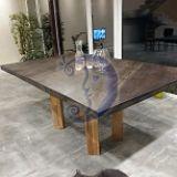 Stalas iš medžio masyvo.